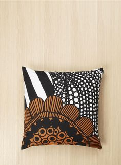 This square pillow sham features the large-scale Siirtolapuutarha print. It's made of heavyweight cotton and has a side zip closure. Note: Because we sew our cushion covers using the whole width of the fabric, the pattern may vary slightly from item to it