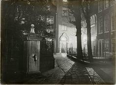 Amsterdam 1907 : Begijnhof 39-33 met de waterpomp gezien bij avond. Fotograaf: Bernard F. Eilers (1878-1951)