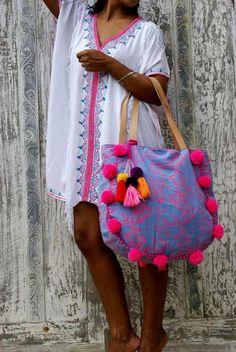 Pom Pom playa bolso o borlas playa bolsos bolso/Boho bolso Yoga / fin de semana. Estilo Hippie, Hippie Chic, Hippie Style, Boho Chic, Yoga Bag, Boho Bags, Summer Bags, Handmade Bags, Beautiful Bags