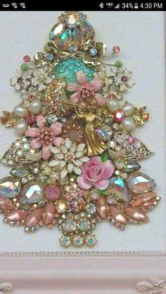 Costume Jewelry Crafts, Vintage Jewelry Crafts, Mom Jewelry, Jewelry Tree, Jeweled Christmas Trees, Jewelry Frames, Button Crafts, Xmas Ornaments, Diy Arts And Crafts