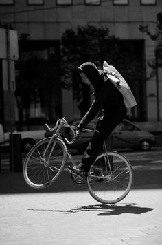 we are hot and god damn love fixed gear! Fixed Gear Girl, Bike Photography, Classic Photography, Bike Messenger, Fixed Gear Bicycle, Bicycle Art, Urban Cycling, Bike Bag, Bike Style