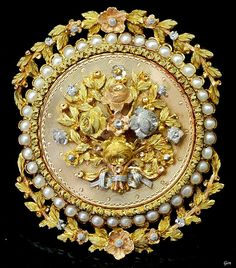 Three color gold brooch / pendant, France, ca. 1830-1840, natural pearls, yellow gold, white gold, pink gold, 4 x 3.1 cm, 13.7 g