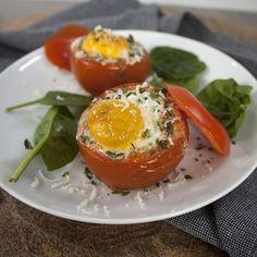 We doen het niet zo vaak, maar je kan ook gewoon ontbijten of lunchen met groenten. Voor de #5xmeergroentechallenge hebben wij deze sappige gevulde tomaten bedacht. Ze zijn gevuld met ei, parmezaanse...