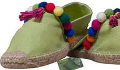 Alpargatas de diferentes colores y tallas, decoradas con pompones y flecos SE HACEN POR ENCARGO