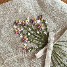 햄프린넨에 꽃다발을 수놓았다. 기분좋은 아침 자수^^ #embroidery #김해장유자수샵#봄빛자수#햄프린넨#발다니수실