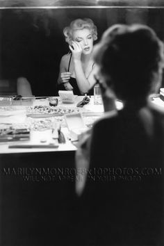 I love mirror reflection photography! Marilyn Monroe Makeup, Marilyn Monroe Photos, Marylin Monroe, Mirror Photography, Reflection Photography, Vintage Photography, Photography Poses, Hollywood Glamour, Old Hollywood