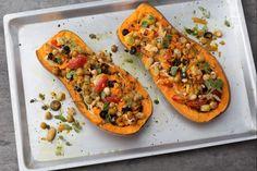 La zucca ripiena è un contorno autunnale, genuino e sfizioso, arricchita con pomodorini, olive, legumi e croccanti nocciole .