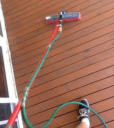 Wer braucht schon einen Hochdruckreiniger? Mit einem Besen und Gartenschlauch reinigst du deine Terrasse/Balkon im Handumdrehen.