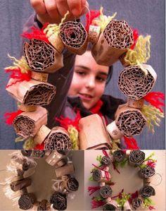 Corona de navidad de cartón: http://www.manualidadesinfantiles.org/corona-de-navidad-de-carton
