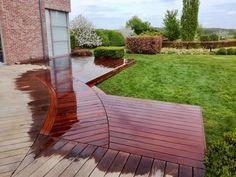 Rénovation et prolongation d'une terrasse bois arrondie. Terrasse moderne