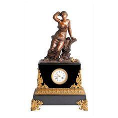 RELOJ DE SOBREMESA NAPOLEÓN III En mármol negro y bronce dorado con figura alegórica de mujer en bronce patinado.Medidas: 79 x 46 cm.