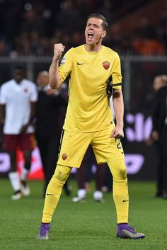 Wojciech Szczesny Photos Photos - Wojciech Szczesny of AS Roma celebrates victory at the end of the Serie A match between Genoa CFC and AS Roma at Stadio Luigi Ferraris on May 2, 2016 in Genoa, Italy. - Genoa CFC v AS Roma - Serie A
