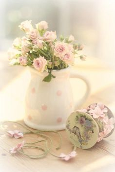 Blindsiding Cool Tips: Shabby Chic Garden Tiny Cottages shabby chic office burlap.Shabby Chic Dining Old Windows. Estilo Shabby Chic, Vintage Shabby Chic, Vintage Country, Deco Floral, Arte Floral, Decoration Shabby, Deco Rose, Colorful Roses, Rose Cottage