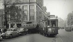 Oude foto's Amsterdam - Een ontspoorde tram eind jaren '50 op het Damrak bij de Bijenkorf . Damrak Amsterdam (jaartal: 1950 tot 1960) - Foto's SERC