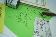 Per celebrare la Giornata internazionale della Calligrafia - istituita oggi 16 agosto - e battezzare l'hasthag #CalligraphyItalia (legato a un progetto in fieri), metto assieme uno Spencerian, una citazione e un aneddoto.  Qui tutto spiegato bene >> https://www.bellascrittura.eu/scrittura-la-lingua-della-mano/  Happy World Calligraphy Day a tutti #worldcalligraphyday #calligraphyitalia #calligrafia #corsivo #spencerian