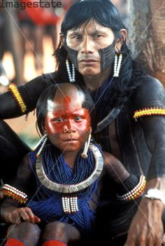 Price an image of Kayapo Indian father and son. Indigenous People Of Brazil, Indigenous Tribes, World Of Color, Color Of Life, My People, People Around The World, Ecuador, Brazil People, Xingu