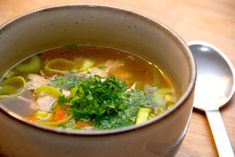 Du kan lave denne gode hønsekødssuppe på en kylling, der koges med grøntsager. Kødet pilles fra og tilsættes til sidst den færdige suppe.