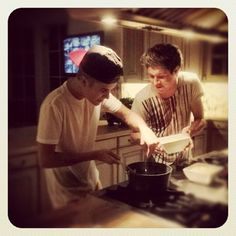NIALL AND JUSTIN UNITE VIA FOOD... I bet Niall freaked out! look how excited he is, omg, i bet it was the best day ever for him.