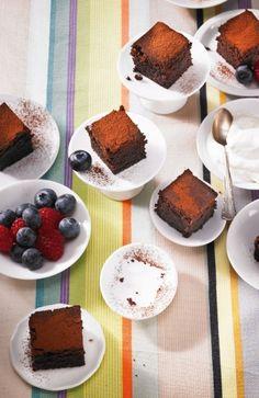 Saftiger Schoko-Kuchen  Dazu eine Sahne-Joghurt-Creme und Früchte. Der Kuchen ist auch prima zum Kaffee - Stücke dann evtl. größer schneiden.