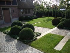 Gardening: A Fun and Creative Backyard Project Contemporary Garden Design, Garden Wall Art, Inside Outside, Formal Gardens, Greenhouse Gardening, Backyard Projects, Garden Chairs, Pavement, Topiary