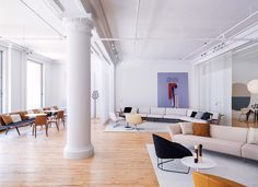 Although specialised in office-oriented furniture, the Italian company Arper has always put a cosy, welcoming spin on things. The same can be said about its new home in New York City – a swish showroom in a loft-like space in Soho. Installed on the s...