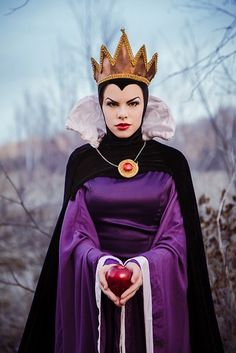 Emily Evil Queen, Dispersi Cosplay, photo by Nita 13 Disney Movie Villains, Disney Villain Costumes, Villains Party, Halloween Magic, Diy Halloween Costumes, Cool Costumes, White Queen Costume, Evil Queen Costume, Disney Cosplay