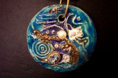 Preziosi e Incantevoli Gioielli in ceramica raku, di colore ognuno diverso dall'altro,con inserimenti di swarovski, foglia simil-oro, microsfere di vetro, e altro ….www.forgiatoredielementi.it Non valuables Charming jewels in Raku ceramics, different from one another in colour, with Swarowski insertions, gilded leaf motif, glass micro-spheres, and more
