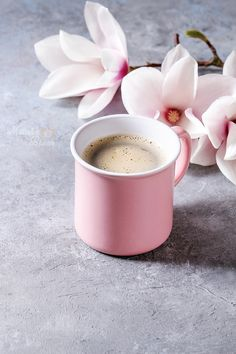 Coffee with spring flowers - Pink mug of black espresso coffee with spring flowers magnolia branches over grey texture background. Best Espresso, Espresso Coffee, Coffee Love, Coffee Art, Best Coffee, Coffee Break, Coffee Cups, Black Coffee, Café Chocolate