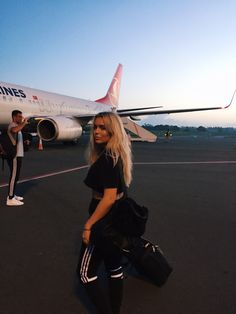 Travelling in comfort style icon fanny lyckman for more travel inspiration New Foto, Photography Poses, Travel Photography, Shotting Photo, Photographie Portrait Inspiration, Airport Photos, Instagram Pose, Insta Photo Ideas, Travel Aesthetic
