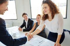 Mit diesen 6 Verhaltensweisen hinterlassen Sie im Job garantiert einen guten ersten Eindruck und werden dauerhaft bei Kollegen, Chef & Co beliebt.