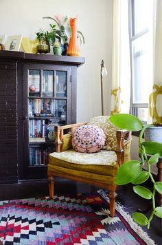 House Tour: A Kitschy, Comfy Chicago Apartment | Apartment Therapy