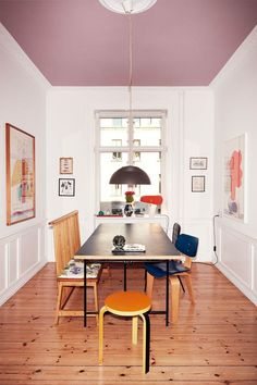 Lovely bench and unusual painted ceiling, plus lots of designer furniture in the home of Cecilie Stöger Nachman. Home And Living, Decor, Interior Design, House Interior, Home Remodeling, Home, Cheap Home Decor, Interior, Home Decor