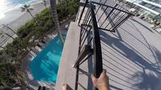 بالفيديو.. مغامر ينفذ قفزة مثيرة من شرفة بناء على لوحة إعلانية