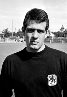 At the age of 20, Wolfgang Fahrian became national goalkeeper at the 1962 FIFA World Cup succeeding Hans Tilkowski. Fahrian later played with Hertha BSC Berlin and 1860 Munich. (Photo: BSC Berlin and 1860 Munich. (Photo: Horstmüller)