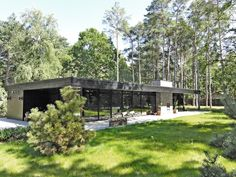 Horisontale linjer i skoven, Facade Courtyard House, Facade House, One Storey House, Future House, My House, House In Nature, Concrete Houses, Modern Farmhouse Exterior, Mid Century House