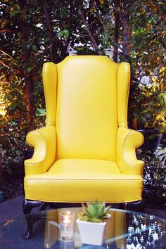 canary yellow - how cheerful Pub Chairs, Cool Chairs, Side Chairs, Lounge Chairs, Yellow Sofa, Yellow Chairs, Chairs For Rent, Throne Chair, Love Chair