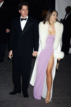 Hugh Grant and Elizabeth Hurley Iconic Dresses, Gala Dresses, Red Carpet Dresses, 90s Fashion, Couture Fashion, Runway Fashion, Fashion Outfits, Elizabeth Hurley, Red Carpet Looks
