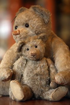 Vintage teddy bears ~ most likely Steiff. Old Teddy Bears, Steiff Teddy Bear, Antique Teddy Bears, My Teddy Bear, Antique Toys, Vintage Toys, Cute Bear, Bear Doll, Old Toys
