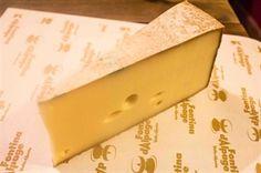 """La medaglia d'oro """"Fontina d'Alpage"""" viene assegnata annualmente a dieci Montagnards che si sono distinti nella produzione di questo prodotto. Confezione sottovuoto 300 gr."""