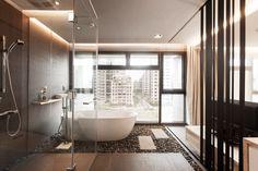 Un'altro bagno moderno in stile orientale zen, questa volta integrato con la camera da letto. Bellissima vista sulla città attraverso una finestra lungo parete