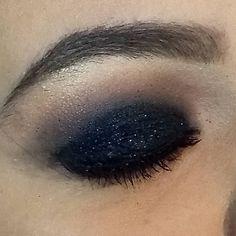 Adoro essas fotos de pertinho ! Olho preto esfumado com glitter que fiz na Tayná . Agende já seu horário !  Whatsapp (12)981034707 . . . #preto #esfumado #glitter #pretoesfumado #makeup #make #maquiagem #maquiagemx #maquiadora #jacarei #sjc #saojosedoscampos