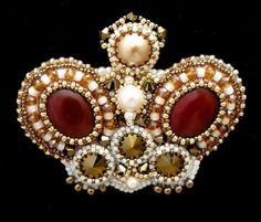 """Broches hechos a mano.  Feria Masters - broche hecho a mano """"Queen of the Ball"""", rojo y oro.  Hecho a mano."""