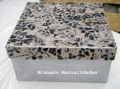 Caja decorada con mosaico de cáscara de huevo teñido de pintura para marmoleado.  www.misuenyo.com / www.misuenyo.es Washi, Eggshell Mosaic, Decoupage, Egg Shells, Projects To Try, Decorative Boxes, Crafts, Image, Iglesias