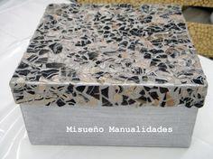 Caja decorada con mosaico de cáscara de huevo teñido de pintura para marmoleado.  www.misuenyo.com / www.misuenyo.es
