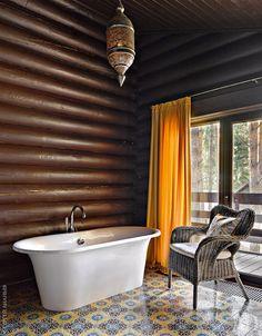 Стены ванной тонированы в темно-коричневый цвет. На их фоне марокканский фонарь и плитка с узорами в восточном стиле уже не кажутся чужеродными элементами.