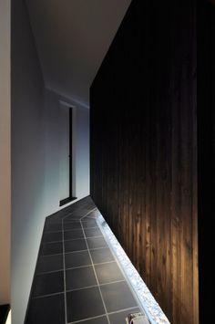 玄関を入って右手の寝室へと至る廊下にも敷き瓦が使われている。