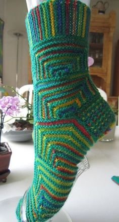 domino Knitting Socks, Hand Knitting, Knitting Patterns, Knitting Projects, Knit Socks, Crazy Socks, Cool Socks, Awesome Socks, Knit Or Crochet