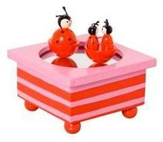 Terwijl de muziek speelt dansen de twee lieveheersbeestjes vrolijk rond.     Wanneer dit houten muziekdoosje zijn liedje afspeelt dansen de figuurtjes vrolijk in het rond     Afm:12x12x7 cm