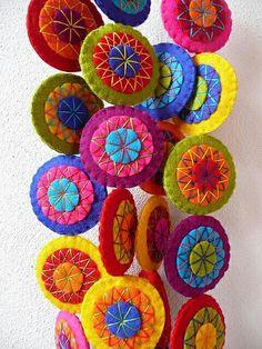 Felt crafts cute and Felt Christmas Crafts For Preschoolers. Felt Crafts, Fabric Crafts, Diy And Crafts, Arts And Crafts, Sewing Crafts, Felt Embroidery, Felt Applique, Felt Garland, Felt Ornaments