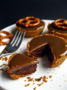 Stout Chocolate and Caramel Tartlets / Tartelettes chocolat et caramel à la stout